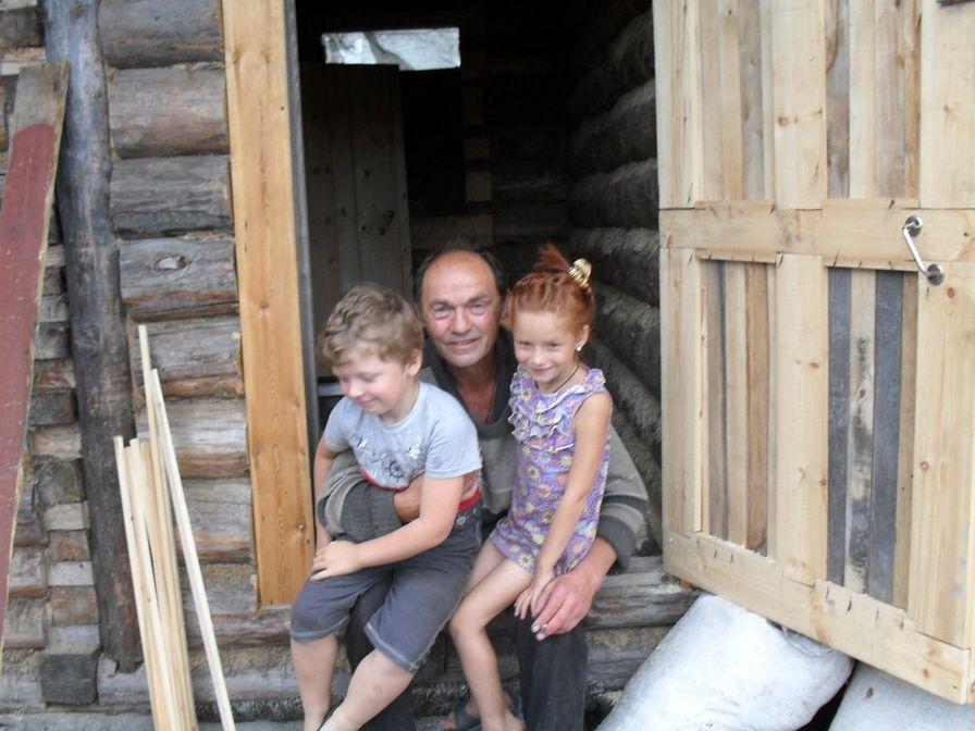 Поэт Николай Колычев на даче с внуками