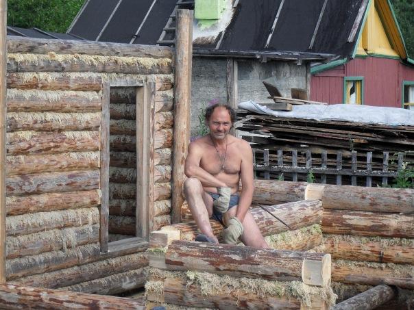 Поэт Николай Колычев на даче. Строительство бани