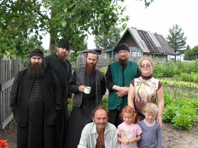 Поэт Николай Колычев на даче. В гостях - монахи
