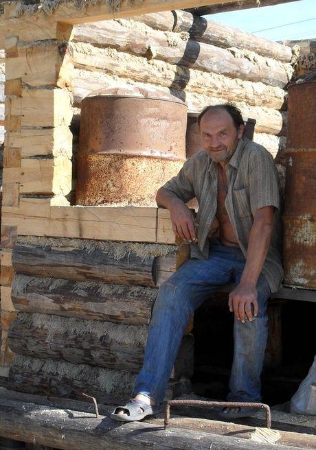 Поэт Николай Колычев на даче. Стоительство бани