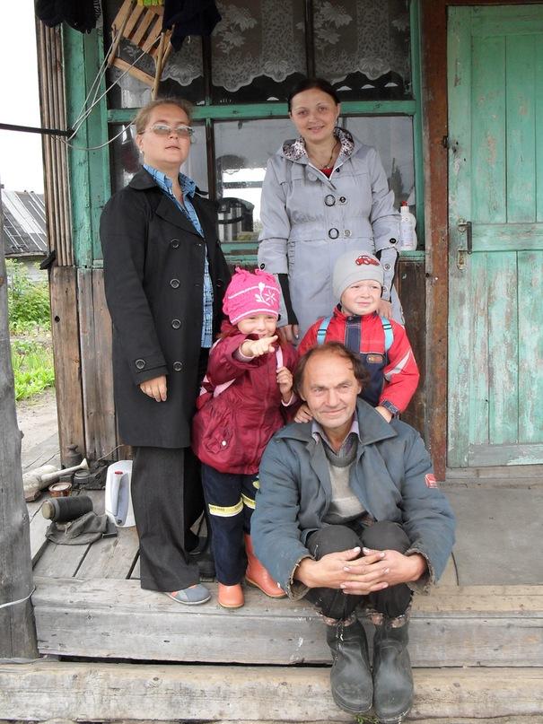 Поэт Николай Колычев на даче с семьей
